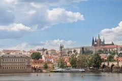 Prag-Ansicht mit St. Vitus Cathedral stockfotos