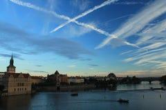 prag Ansicht von Charles Bridge bei Sonnenuntergang Luftige Kreuzungen Lizenzfreie Stockbilder