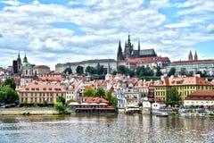 Prag-Ansicht von Prag-Schloss und -wasser stockfoto