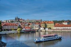Prag-Ansicht von Prag-Schloss und -wasser stockbild