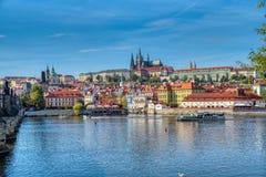 Prag-Ansicht von Prag-Schloss und -wasser stockfotografie