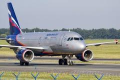 PRAG - 18. August 2012: Aeroflot Airbus A320-214 fährt zum teminal an PRG-Flughafen am 18. August 2012 mit einem Taxi Lizenzfreies Stockfoto