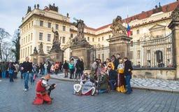 Prag, Böhmen/Tschechische Republik - November 2017: Die Touristen, die ein Gruppenfoto mit Trickzeichnern machen, kleideten in de Lizenzfreies Stockfoto