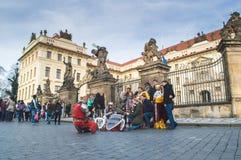 Prag, Böhmen/Tschechische Republik - November 2017: Die Touristen, die ein Gruppenfoto mit Trickzeichnern machen, kleideten in de Stockfoto