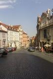 Prag-Besucher, die durch historische alte Städte gehen Lizenzfreies Stockfoto