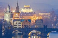 prag Brücke über der Moldau nachts Stockfotos