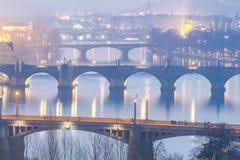 prag Brücken über der Moldau nachts Stockfoto