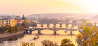 Prag-Brücken über die Moldau-Fluss am Abend, Prag, Tschechische Republik stockbilder