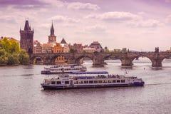 Prag Charles Bridge und Boote auf die Moldau-Fluss Lizenzfreie Stockbilder
