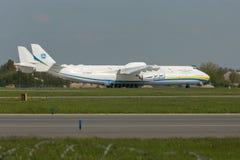 PRAG, CZE - 10. MAI: Flugzeug Antonows 225 auf Flughafen Vaclava Havla in Prag, am 10. Mai 2016 PRAG, TSCHECHISCHE REPUBLIK Es is Lizenzfreies Stockbild