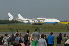 PRAG, CZE - 10. MAI: Flugzeug Antonows 225 auf Flughafen Vaclava Havla in Prag, am 10. Mai 2016 PRAG, TSCHECHISCHE REPUBLIK Es is Stockbilder