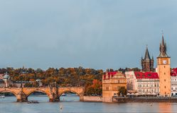Prag, Czezh-Republik Szenische Herbstvogelperspektive des alten Schleppseiles stockfotos