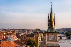 Prag-Dachspitzen und -Wasserturm mit copyspace Tschechische Republik Stockfotografie