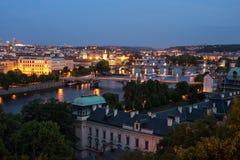 Prag an der blauen Stunde im Abendpanorama mit Stadtlicht stockfotos