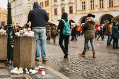 Prag, am 24. Dezember 2017: Ein gedrängter Abfalleimer auf Prag-` s Hauptplatz während der Weihnachtsfeiertage Viele Leute herein Lizenzfreie Stockfotografie