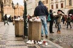 Prag, am 24. Dezember 2017: Ein gedrängter Abfalleimer auf Prag-` s Hauptplatz während der Weihnachtsfeiertage Viele Leute herein Stockfoto