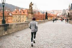 Prag, am 24. Dezember 2016: Ein Mannathlet lässt einen Morgen laufen lassen im Winter auf Charles Bridge in Prag auf den Tscheche Stockbild
