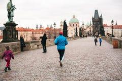 Prag, am 24. Dezember 2016: Ein Mannathlet lässt einen Morgen laufen lassen im Winter auf Charles Bridge in Prag auf den Tscheche Lizenzfreie Stockbilder