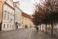 Prag, am 24. Dezember 2016: Leere Straße mit traditionellen Häusern nahe Charles Bridge in Prag im Winter Lizenzfreie Stockbilder