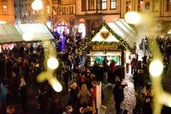 PRAG - 7. DEZEMBER: Leute traten in einem Weihnachtsmarkt, 201 zusammen lizenzfreie stockbilder