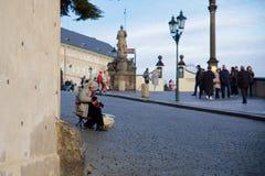 PRAG - 7. DEZEMBER: Straßenmusiker, der für eine Menge von durchführt lizenzfreies stockfoto