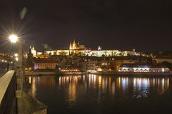 Prag, die Moldau-Fluss, Hradcany-Schloss, Tschechische Republik - Ansicht von Charle-` s Brücke, Nachtszene Stockbild