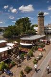 Prag, die Moldau-Fluss mit Booten Lizenzfreie Stockbilder