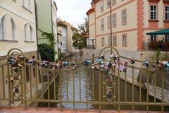 prag Eine Brücke über dem Certovka-Kanal mit den Vorhängeschlössern befestigt stockbild