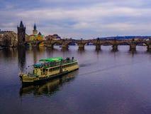 Prag, Fluss und Brücke Lizenzfreies Stockfoto