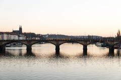 Prag-Fluss und -brücke während des Sonnenuntergangs lizenzfreie stockfotos