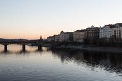 Prag-Fluss und -brücke während des Sonnenuntergangs lizenzfreies stockbild