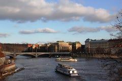 Prag-Flusshimmelschiffs-Architekturtradition von Eleganzphotographie Stockfotografie
