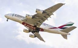 PRAG - 1. JULI 2015: Ein Superjumbo Emirat-Airbusses A380 in PRAG Mai 2013: Ein Superjumbo Singapore Airliness Airbus A380 mit de Stockfotografie