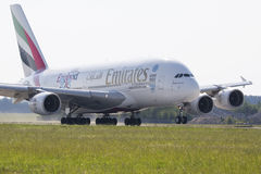 PRAG - 1. JULI: Passagierflugzeug Emirat-Airbusses A380 entfernt sich am 1. Juli 2015 in Prag, Tschechische Republik Das A380 ist Lizenzfreie Stockbilder