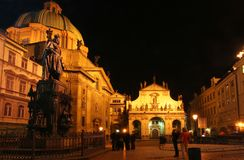 Prag-Kirchen nachts Lizenzfreie Stockfotos