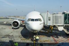 PRAG - 14. MÄRZ 2016: Boeing 777-300ER angekoppelt in Prag-Flughafen Internationaler Flughafen Vaclava Havla Prags ist eine bedeu Lizenzfreie Stockfotos