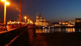 Prag am Nacht-timelapse, erleichtern Brückenauto-Leutebewegung stock video