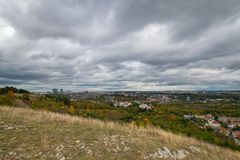 Prag-Panorama mit Herbstwald stockbild
