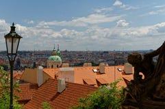 Prag-Panoramavogel ` Saugenansicht Leuchtturm im Vordergrund und rote Dächer von Stadtwohnungen Lizenzfreie Stockfotos