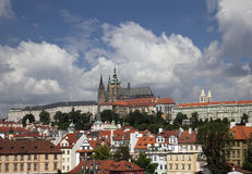 Prag panoramisch mit Hradcany Stockfotos