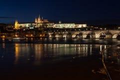 Prag-Schloss über Vltava Fluss Stockfotos