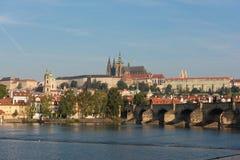 Prag-Schloss - Ansicht über Fluss die Moldau lizenzfreies stockfoto
