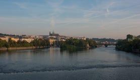 Prag-Schloss - Ansicht über Fluss die Moldau lizenzfreie stockbilder