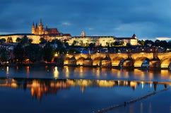 Prag-Schloss an der Dämmerung Stockfotografie