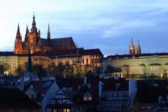 Prag-Schloss an der Dämmerung Lizenzfreies Stockbild