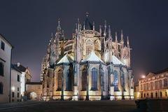 Prag-Schloss-Kathedrale bis zum Nacht stockfotografie