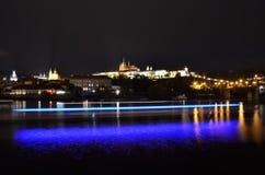 Prag-Schloss mit die Moldau-Fluss stockfotografie