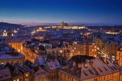 Prag-Schloss mit Schneedächern und blauem Himmel während des späten Sonnenuntergangs Stockfotos