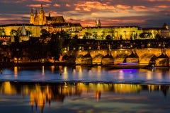 Prag-Schloss nach Sonnenuntergang -Vitus in der linken Seite lizenzfreie stockfotos