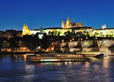 Prag-Schloss u. Charles-Brücke nachts Stockfotografie